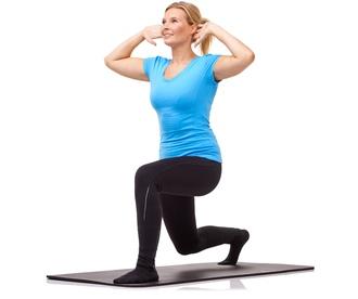 Kvinde træner på træningsmåtte